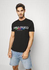 Carlo Colucci - Print T-shirt - schwarz - 0