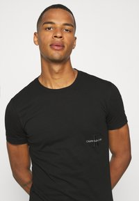 Calvin Klein Jeans - OFF PLACED ICONIC TEE UNISEX - T-shirt con stampa - black - 3