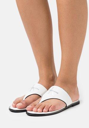 FLAT TOE SLIDE  - Sandály s odděleným palcem - bright white