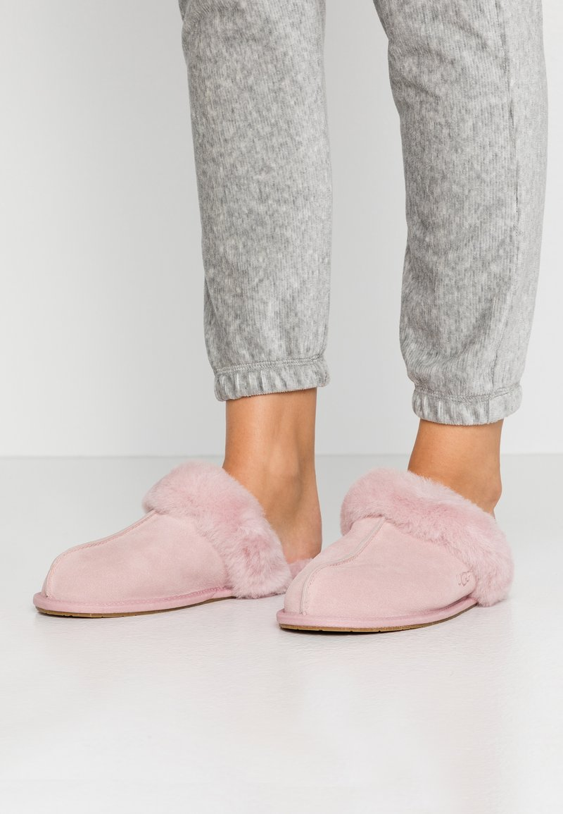 UGG - SCUFFETTE  - Slippers - pink crystal