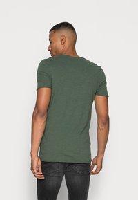 Selected Homme - SLHNEWMERCE O-NECK TEE - T-shirt - bas - cilantro/melange - 2