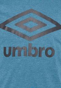 Umbro - LARGE LOGO TEE - Printtipaita - blue sapphire marl - 4