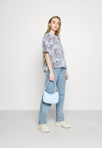 Monki - T-shirts med print - blue - 1