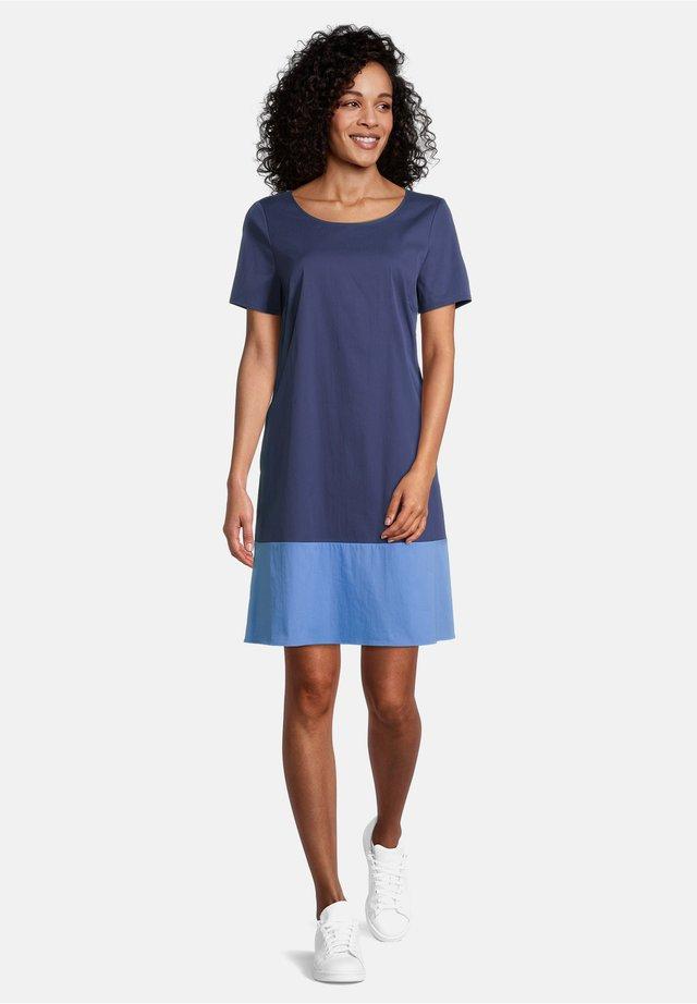 MIT FARBVERLAUF - Day dress - dark blue/light blue