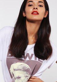 Urban Classics - DAVID BOWIE - Print T-shirt - white - 3