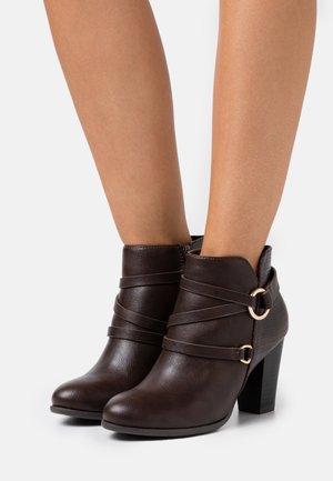WIDE FIT WAVE - Kotníková obuv - chocolate