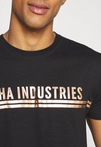 Alpha Industries - T-shirt med print - black/copper - 5