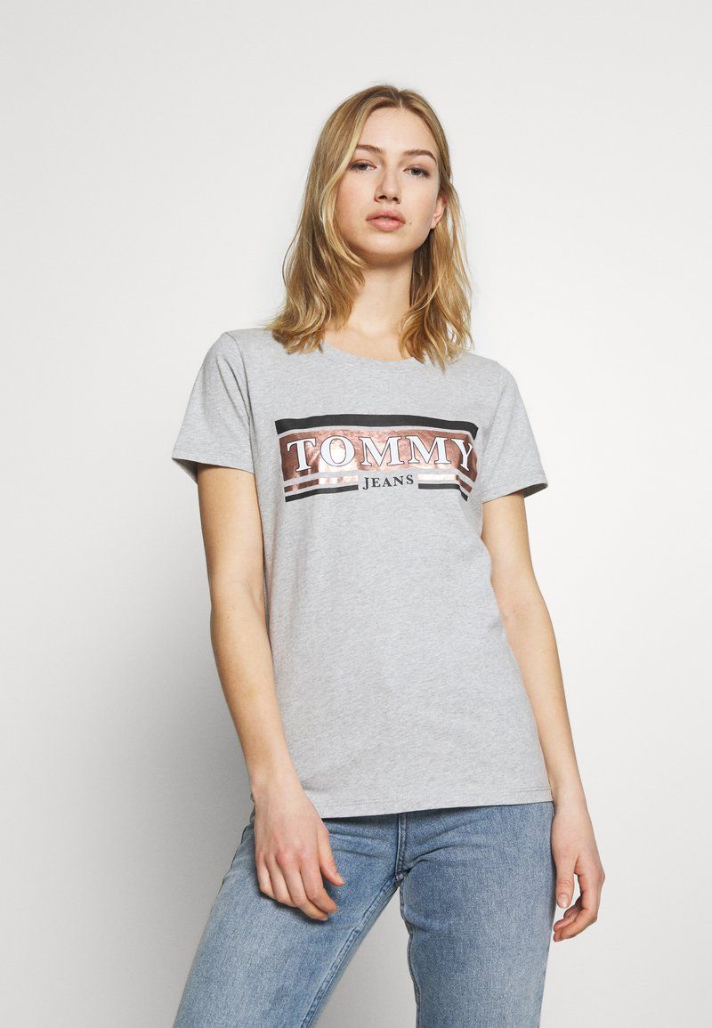 Tommy Jeans - METALLIC LOGO TEE - T-shirts med print - grey