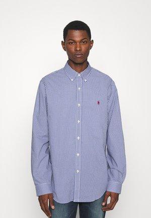 CUSTOM FIT GINGHAM POPLIN SHIRT - Shirt - navy/white