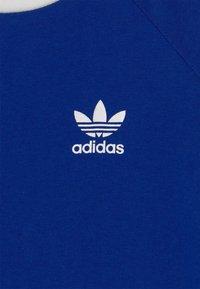 adidas Originals - 3 STRIPES TEE UNISEX - Camiseta estampada - royblu/white - 2