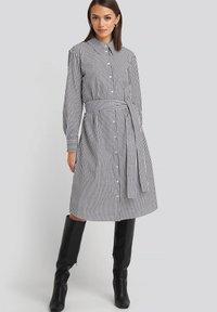 NA-KD - Robe chemise - grey/white - 1