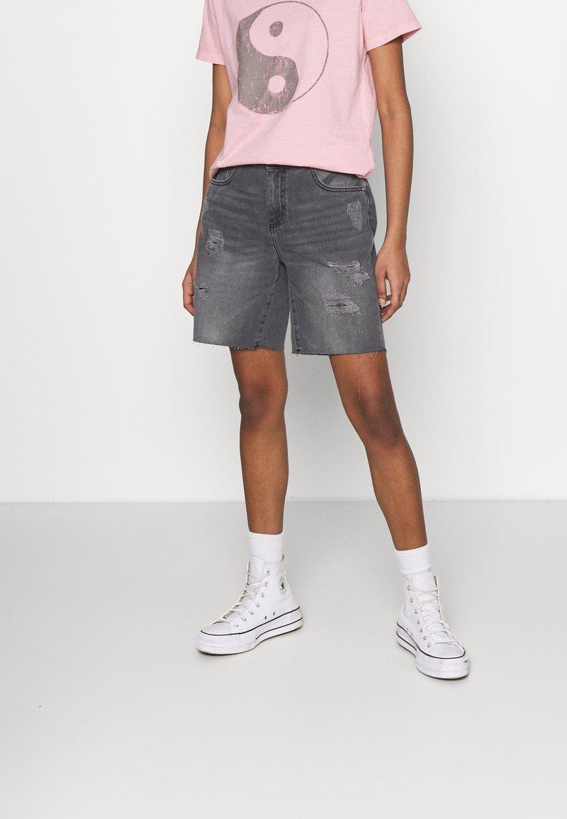 Noisy May - NMLUCKY LONGBOARDER - Shorts di jeans - black