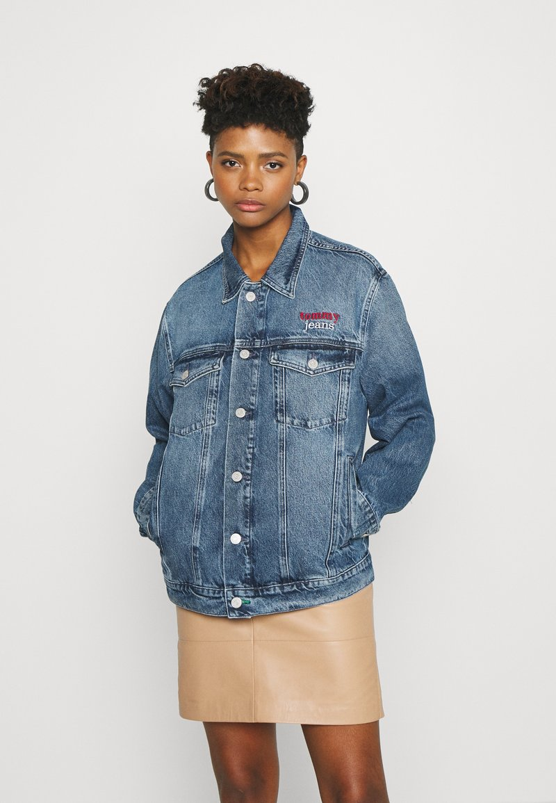 Tommy Jeans - TRUCKER  - Denim jacket - mid blue rigid