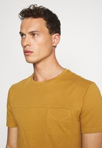 Pier One - Basic T-shirt - brown - 3