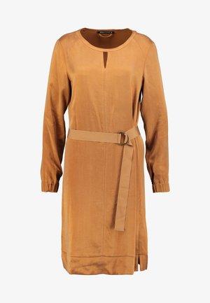 MONROE - Denní šaty - camel
