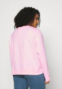 Tommy Jeans Curve - ESSENTIAL LOGO CREW - Sweatshirt - romantic pink - 2