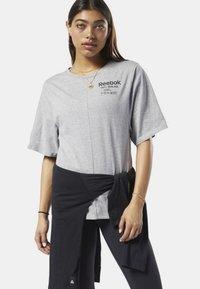 Reebok - TRAINING SUPPLY GRAPHIC TEE - T-shirt print - grey - 0