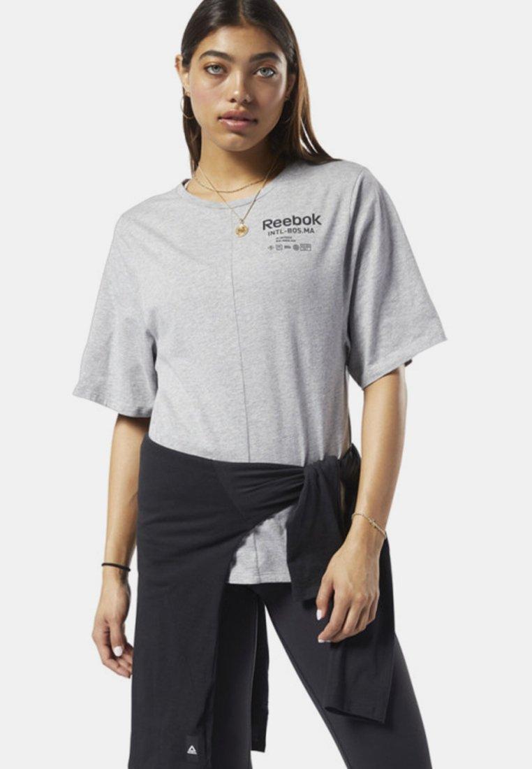 Reebok - TRAINING SUPPLY GRAPHIC TEE - T-shirt print - grey