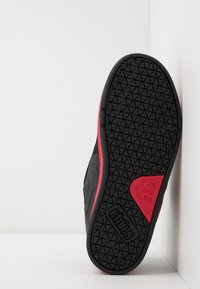 Etnies - METAL MULISHA FADER 2 - Obuwie deskorolkowe - black/red - 4