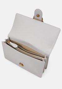 Pinko - LOVE CLASSIC ICON SIMPLY SETA - Across body bag - ghiaccio - 3