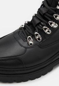 Filling Pieces - MOUNTAIN BOOT UNISEX - Botines con cordones - black - 5
