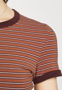 Weekday - GEMINI 2 PACK - Print T-shirt - brown/white - 5