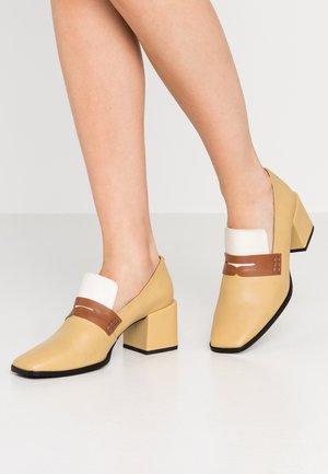 Classic heels - beige/white/brown