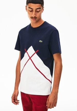 T-shirt imprimé - white/navy blue/burgunder