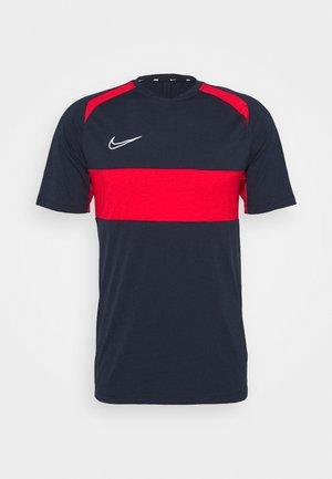 DRY ACADEMY  - T-shirt print - obsidian/university red/white