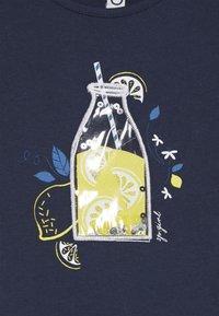 3 Pommes - TEE SHORT SLEEVES - Camiseta estampada - blue night - 3