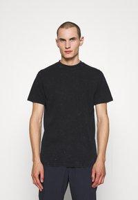 Han Kjøbenhavn - ARTWORK TEE - Print T-shirt - blue acid - 0