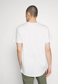 Jack & Jones PREMIUM - JJEASHER TEE O-NECK NOOS - Basic T-shirt - cloud dancer - 2