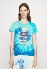Polo Ralph Lauren - TIE DYE BEAR SHORT SLEEVE - T-shirt con stampa - blue jerry - 0
