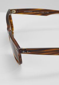Ray-Ban - WAYFARER - Sunglasses - brown - 5