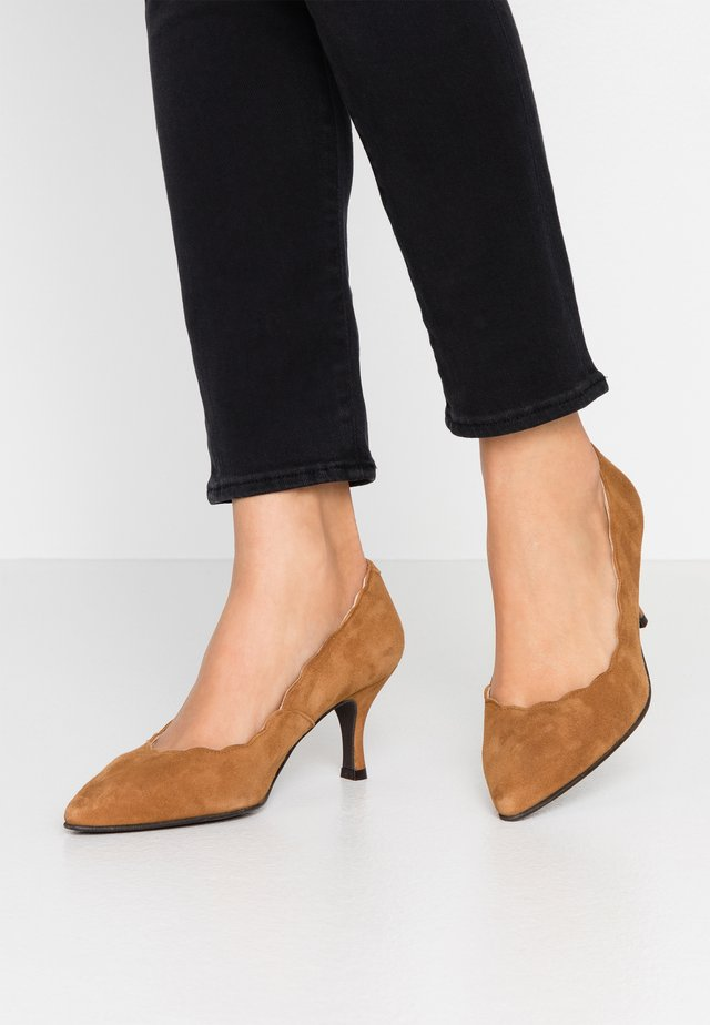 WIDE FIT BENETT - Klassiske pumps - cognac