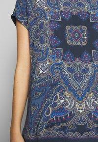 Betty & Co - T-shirt z nadrukiem - classic blue/nature - 4