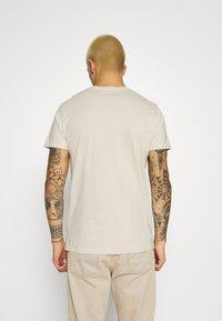 REVOLUTION - REGULAR EMBROIDERED  - Print T-shirt - cream - 2