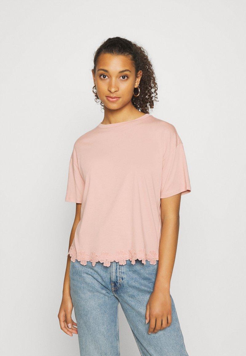 New Look - FLOWER TRIM HEM TEE - Print T-shirt - light pink