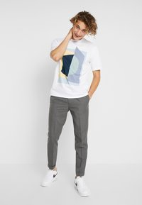 FoR - PIERRE BOLD GRAPHIC FRONT TEE - T-shirt con stampa - white - 1