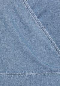 Vero Moda Tall - VMHENNA WRAP SHORT DRESS - Denimové šaty - light blue denim - 6