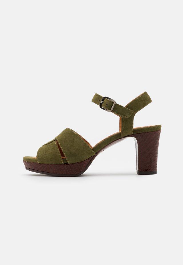 NA DIBE - Korkeakorkoiset sandaalit - khaki/ada castano