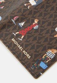 MICHAEL Michael Kors - BEDFORD TRAVEL PASSPORT WALLET - Lompakko - brown multi - 5