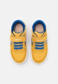Geox - POSEIDO BOY - Sneakers basse - dark yellow/royal - 3