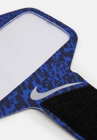 Nike Performance - LEAN ARM BAND - Jiné doplňky - astronomy blue/black/ silver - 2