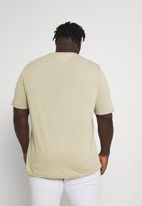 Tommy Hilfiger - SCRIPT LOGO TEE UNISEX - T-shirt con stampa - desert tan - 2