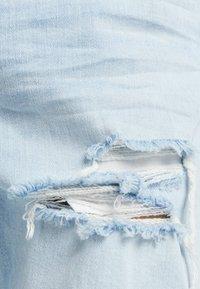 Bershka - MIT ZIERRISSEN - Zúžené džíny - light blue - 5