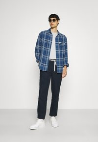 TOM TAILOR DENIM - RELAXED MIX - Chinos - sky captain blue - 1