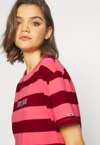 Tommy Jeans - STRIPE LOGO TEE - T-shirt imprimé - glamour pink/wine red - 4