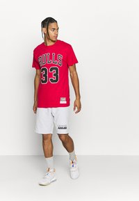 Mitchell & Ness - NBA CHICAGO BULLS SCOTTIE PIPPEN NAME AND NUMBER TEE - Article de supporter - red - 1