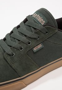 Etnies - BARGE - Sneakersy niskie - green - 5